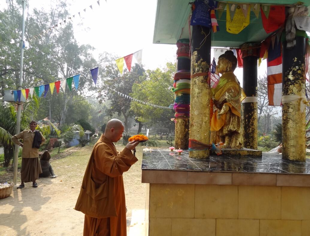 瞻礼供养(2012年印度竹林精舍) (一)印度佛教圣地图 1、印度是最早的佛教道场:王舍城的竹林精舍。 2、印度二大道场:北方竹林精舍与南方的祗园精舍,是佛陀主要弘法道场。竹林精舍是摩竭陀国国王所建,祗园精舍是舍卫国给孤独长者所建。 3、四大圣地与建筑纪念物:出生、成道、转法轮、涅槃。 出生:佛陀出生在印度迦毗罗卫国,是国王净饭王的太子。出生在蓝毗尼园,现建有阿育王的石柱作为纪念。 成道:佛陀成道在菩提迦耶菩提树下,现有大金刚塔(大菩提塔)作为纪念。 转法轮:佛陀成道后在鹿野苑初转法轮,现有转法轮塔作为